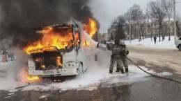 Пассажиры экстренно эвакуировались изполыхающего автобуса вБашкортостане