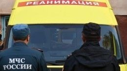 Видео: Спасатели уносят тело погибшего при обрушении части дома под Белгородом