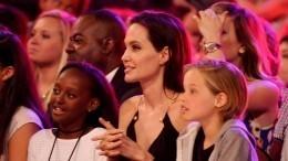 Виновато воспитание: Сексопатолог рассказал, почему дочки Джоли дружно меняют пол