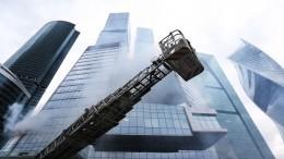 Вбашне Москва-Сити при пожарной эвакуации люди выбивали запертые двери