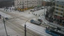 Вылет маршрутки наостановку вЧелябинске попал навидео