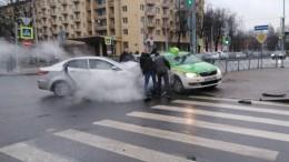 Водитель наKia впечатал такси встолб наюге Петербурга