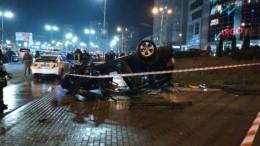 ВКиеве автомобиль слетел спутепровода напешеходную зону