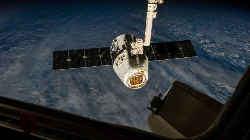 Экипаж МКС приступил кстыковке космического грузовика Dragon