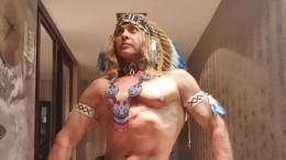 «Мнебы такого!»: Обнаженный Тарзан вкостюме Деда Мороза восхитил фанаток