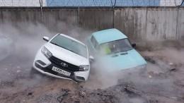 Две машины провалились под асфальт после прорыва теплосети вПетербурге