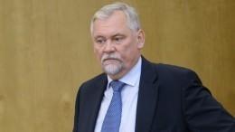 Депутат Госдумы подарил чиновникам вазелин засрыв сроков сдачи школы