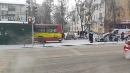 Автобус протаранил торговые ряды вцентре Иркутска