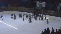 Видео: Юные хоккеисты устроили побоище вовремя матча наУкраине