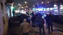 Видео сместа ДТП вПетербурге, где иномарка вылетела натротуар