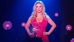 «Юль, прости»: Анна Семенович потрогала обнаженную грудь Стаса Костюшкина
