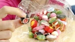 Отец школьника рассказал, почему его сын угостил детей странными конфетами