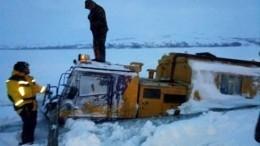 Вездеход спассажирами частично ушел под лед наКамчатке