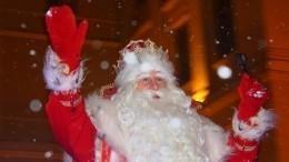 «Разорвали законфетки»: дети чуть незатоптали Деда Мороза вУлан-Удэ