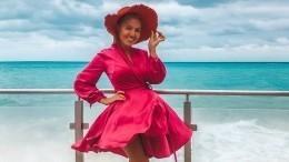 «Счастье!»: звезда «Дома-2» вполосатом бикини сыграла наскрипке убассейна