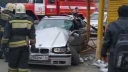 Видео разрушительного тарана легковушкой автобусной остановки под Волгоградом