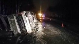 Фото сместа аварии пассажирского автобуса, опрокинувшегося натрассе под Псковом