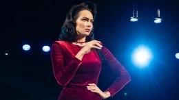 Самбурская выгнулась вбикини, притворившись обнаженной Эшли Грехем