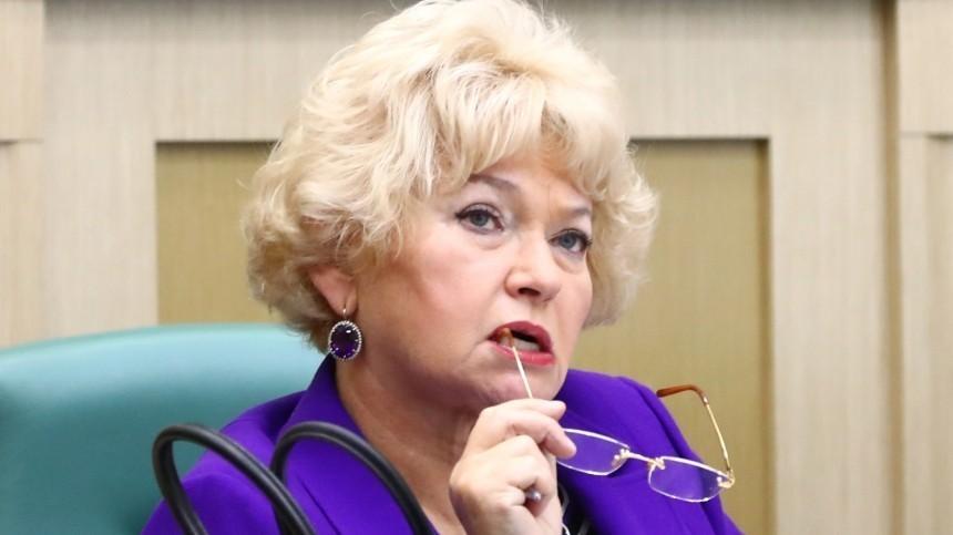 Людмила Нарусова примерила кокошник Снегурочки нарадость внуку