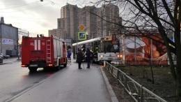 «Рванул захлебом»: пассажирский автобус врезался впекарню вПетербурге