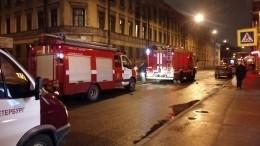 Падающий скрыши мужчина рухнул напроходящую удома женщину вцентре Петербурга