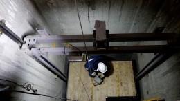 Лифт рухнул вмногоэтажке вРязани, априбывший наместо ЧПинженер развел руками