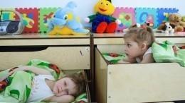 Воспитатель вдетсаду Татарстана швырнула ребенка под стол— шокирующее видео