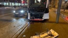 Жительница Петербурга наMercedes протаранила трамвай вТаллине