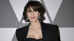 Моника Беллуччи показала грудь всоблазнительном декольте