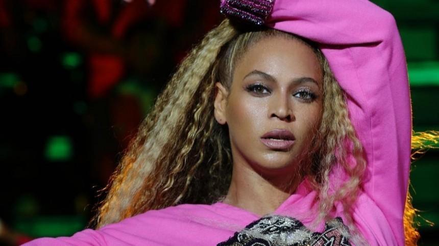Дерзкая Бейонсе всексуальном наряде позирует навелосипеде— фото