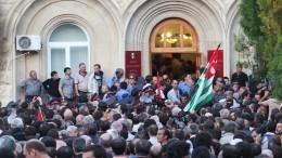 Протестующие пытаются ворваться вздание администрации президента Абхазии