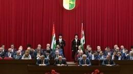 Парламент Абхазии принял обращение кпрезиденту спризывом оего отставке
