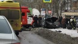 Легковушку разорвало пополам вДТП сгрузовиком вНижнем Новгороде— видео момента