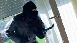 Дерзкое ограбление салона сотовой связи вПетербурге попало навидео