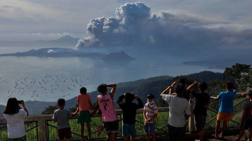 «Это надо видеть!»: Ужасающе невероятное видео извержения филиппинского вулкана
