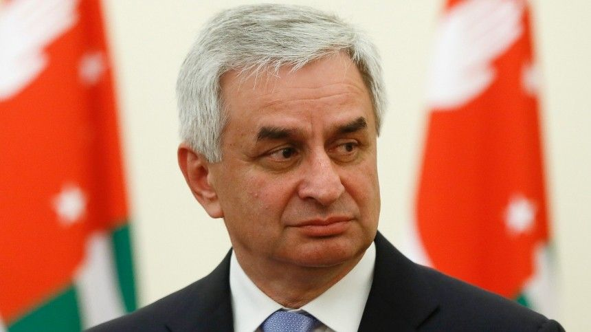 Парламент Абхазии принял отставку Хаджимбы иназначил и.о. президента