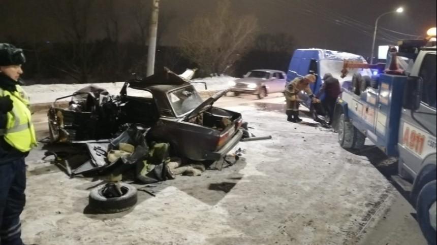 Видео: почтовый фургон лоб влоб столкнулся с«семеркой» вОмске