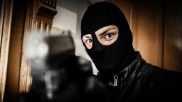 Трое вооруженных бандитов врозовых масках пытались ограбить банк вПетербурге