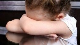 «Бил меня палкой»: ВПетербурге над шестилетней девочкой издевались родители