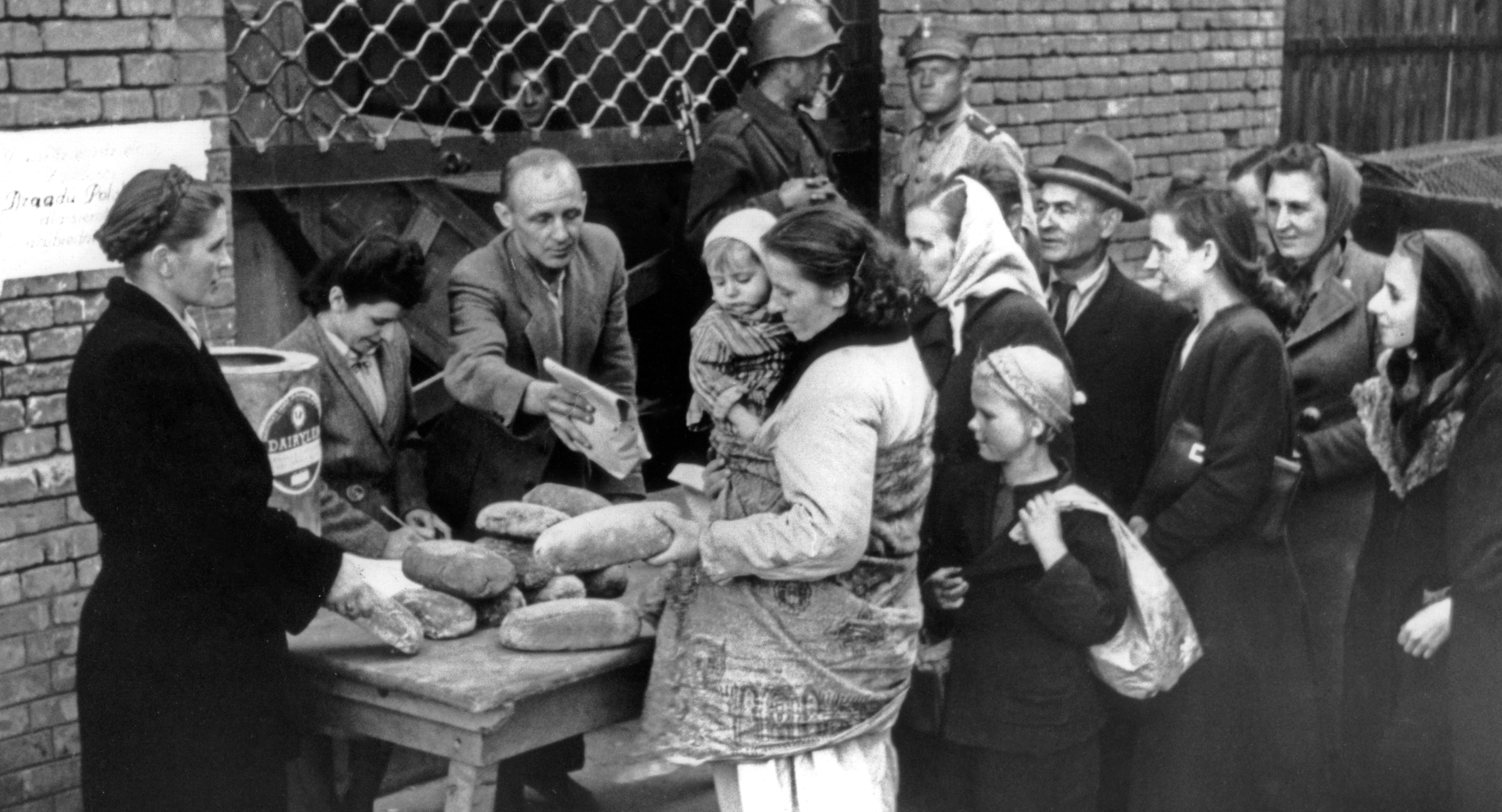 Жители Варшавы получают хлеб после завершения восстания, 17 октября 1944 год