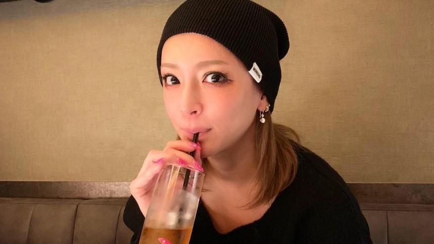 Поп-звезда Японии вышла насцену вкофте снецензурной надписью нарусском