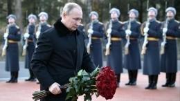 Владимир Путин возложил цветы к«Рубежному камню» наНевском пятачке