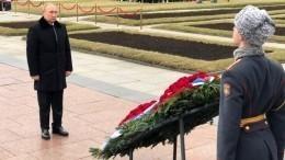 Путин наПискаревском кладбище почтил память героев, отдавших жизни заспасение Ленинграда