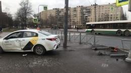 Такси спассажирами протаранило ограждение ивылетело натротуар вПетербурге