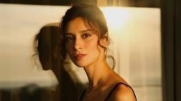Равшана Куркова влегкомысленном платье устремилась «навстречу новым ролям»