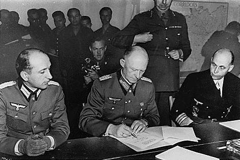 Подписание Акта о капитуляции Германии. На фото Вильгельм Оксениус, Альфред Йодль, Ганс-Георг фон Фридебург.