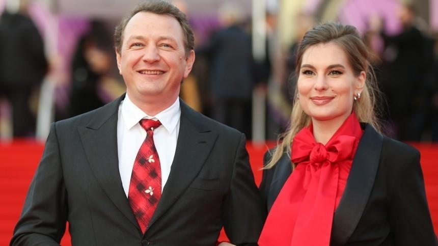 «Прекрасно живем»: Башаров продолжает настаивать, что его развод фиктивный