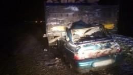 Фото: ВАЗ улетел под лесовоз вКостромской области— четверо погибших