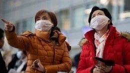 Жуткое видео: зараженные коронавирусом вКитае падают вобмороки наулице