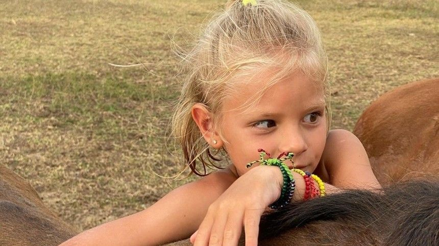 «Смелая наша девочка!»— пятилетнюю дочь Тимати укачало налошади вКоста-Рике